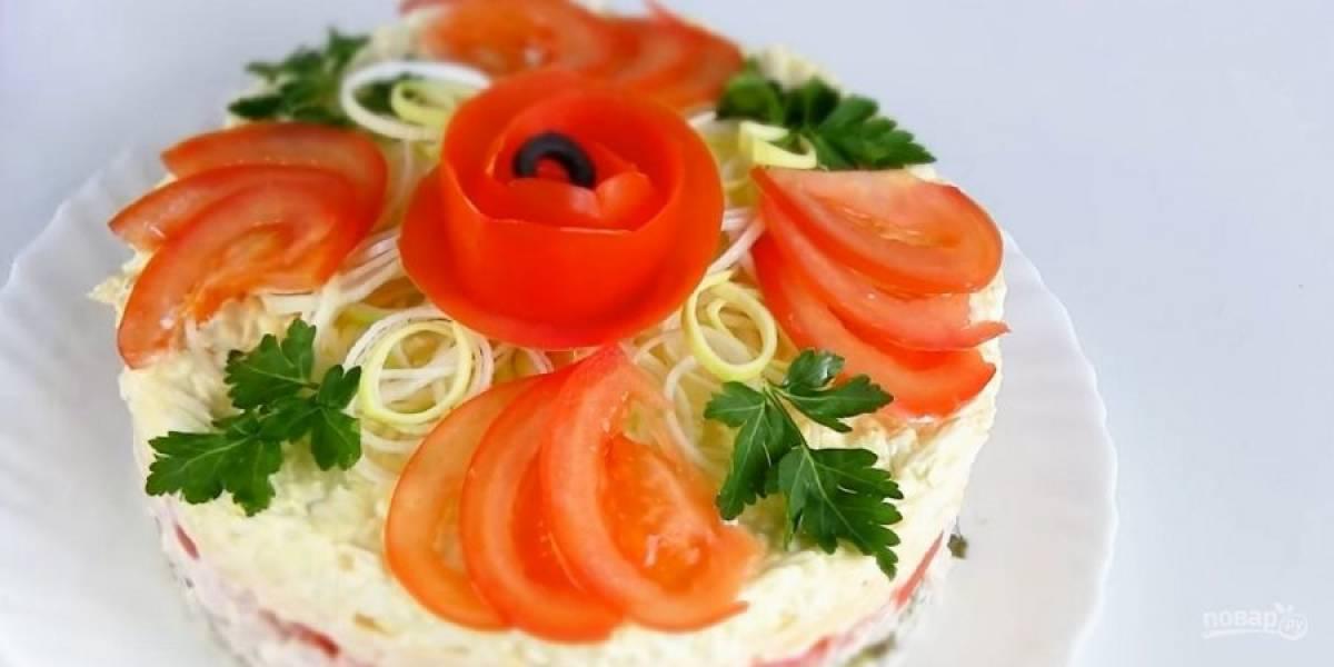 3. Далее - огурцы, ветчину, нарезанные кубиками помидоры, тертый сыр и яйца. Поставьте салат в холодильник на 3 часа. Украсьте салат зеленью, помидором, луком-порей перед подачей. Приятного аппетита!