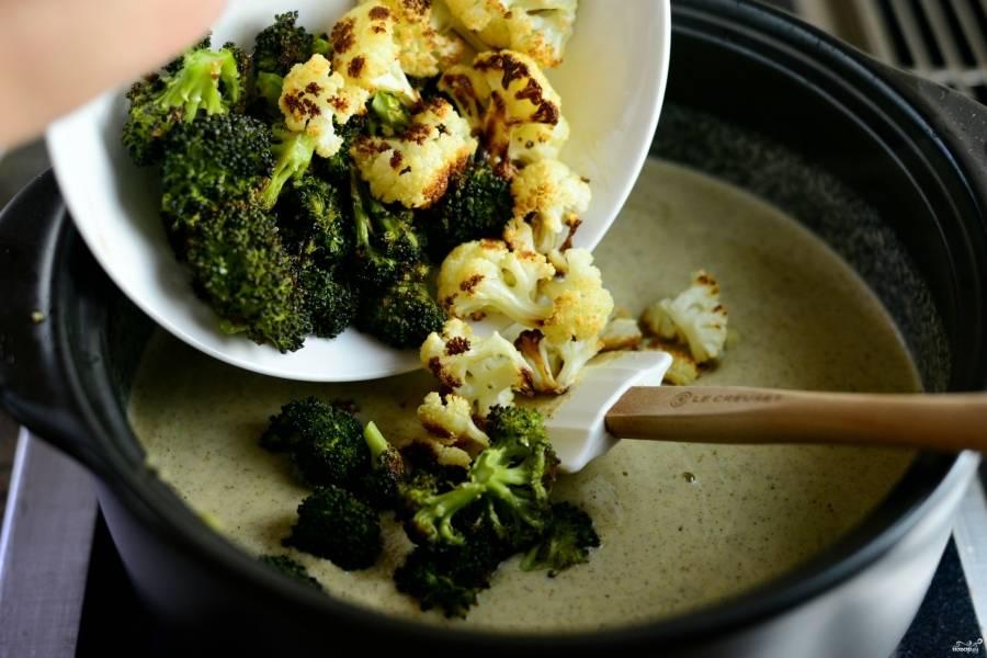 Шаг 9. Добавьте соцветия брокколи и цветной капусты, которые вы ранее отложили.