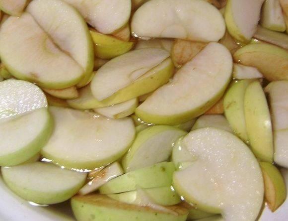 Яблоки промойте, разрежьте на дольки, удалив сердцевину и косточки. Поместите дольки в тазик с соленой водой (1 чайная ложка на литр воды). Благодаря соли яблоки не так потемнеют.