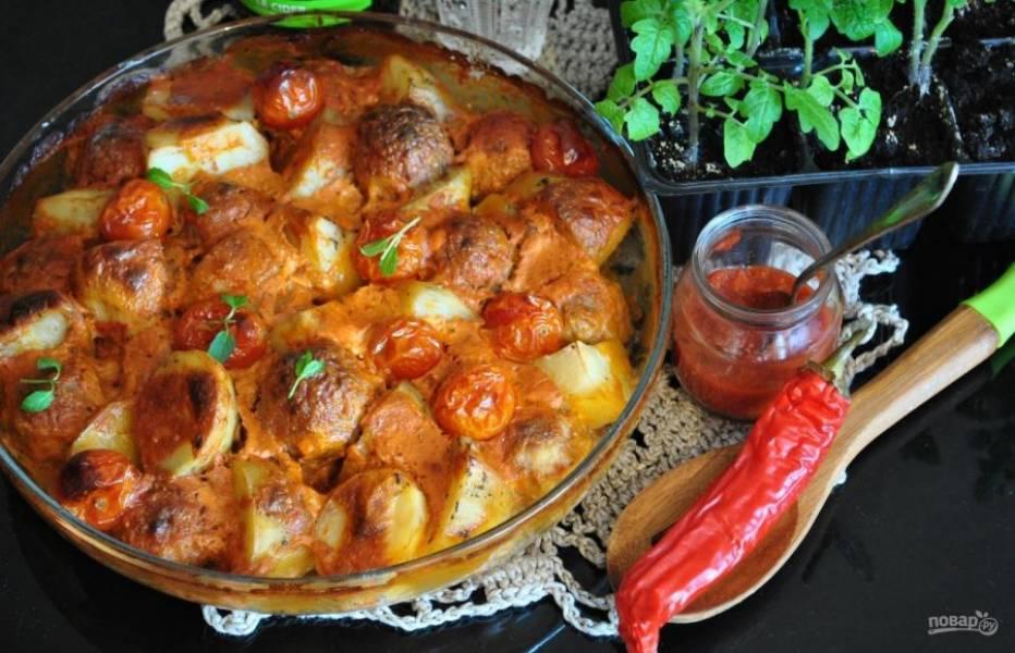 Запекайте картофель с фрикадельками под фольгой 40 минут, а потом ещё 15 минут без. Блюдо готово! Приятного аппетита!