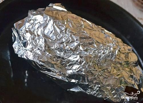 Заворачиваем гуся в фольгу и отправляем в разогретую до 190-200 градусов духовку на 1,5 часа. Затем снимаем фольгу, поливаем вытопившимся жиром, уменьшаем градусы до 160 и снова отправляем на 1,5 часа в духовку. Не забывайте периодически поливать жиром. Если гусь будет пригорать, прикройте его листом фольги.