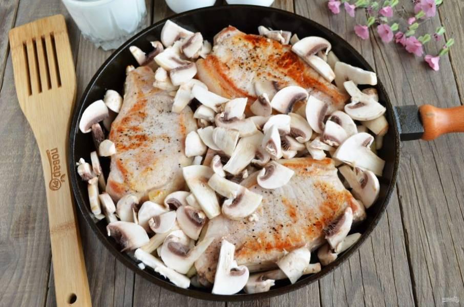 Добавьте порезанные грибочки. Обжарьте все в течение минут 5-7. Осторожно перемешивайте грибы и лук между кусочками мяса.
