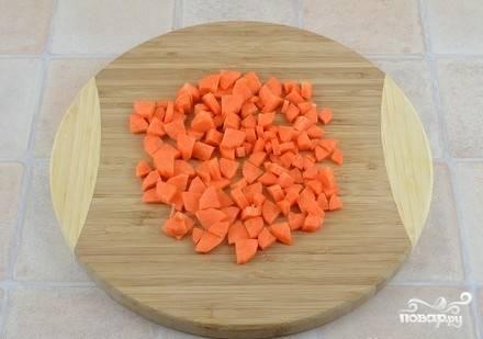 Морковь порежьте небольшими кубиками.
