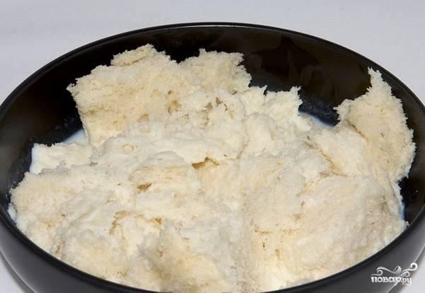 1. Приготовить макароны с котлетами в домашних условиях действительно довольно просто. Для начала ломтики хлеба выложите в мисочку и залейте молоком.