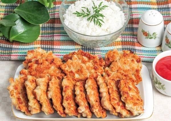 5. Подавайте котлетки к столу с гарниром, овощами или соусом по вкусу. Приятного аппетита!