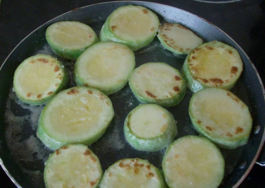 3. Отправляем на растительное масло наши кабачки и жарим их до готовности. После этого выкладываем на блюдо и даем им остыть.