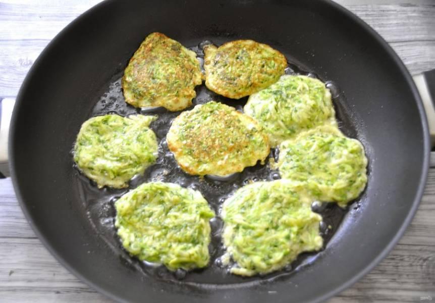 Влейте на разогретую сковороду растительное масло и ложкой выложите оладьи, жарьте с обеих сторон до готовности.