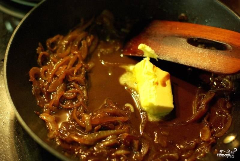 Затем вливаем бульон и добавляем сливочного масла. Бульон должен наполовину выкипеть и прекратиться в густой соус.