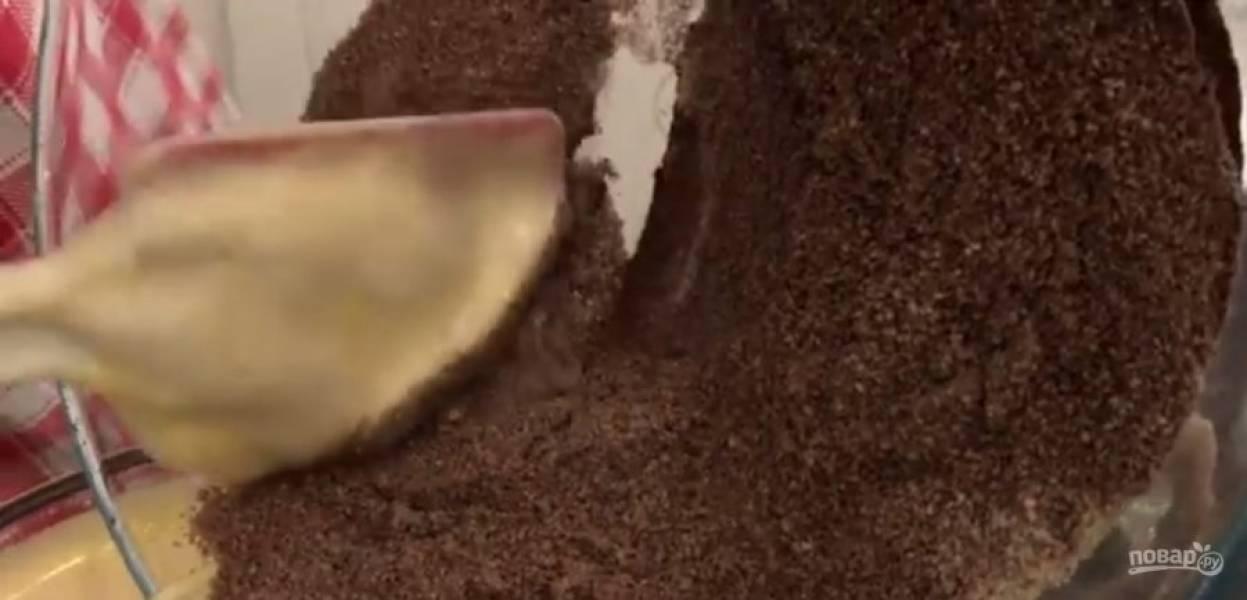 6. Добавьте сахар и снова взбейте. Аккуратно лопаткой смешайте с желтками, перемешивая в одну сторону. Просейте всю муку, какао и разрыхлитель. Смешайте мучную смесь с яичной и перемешайте в одну сторону.