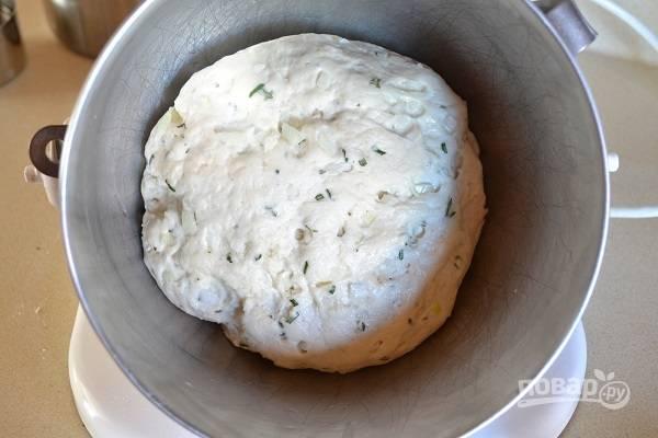 3. Добавьте в тесто, еще раз перемешайте. Накройте чистым полотенцем и оставьте в тепле часика на 1.5.