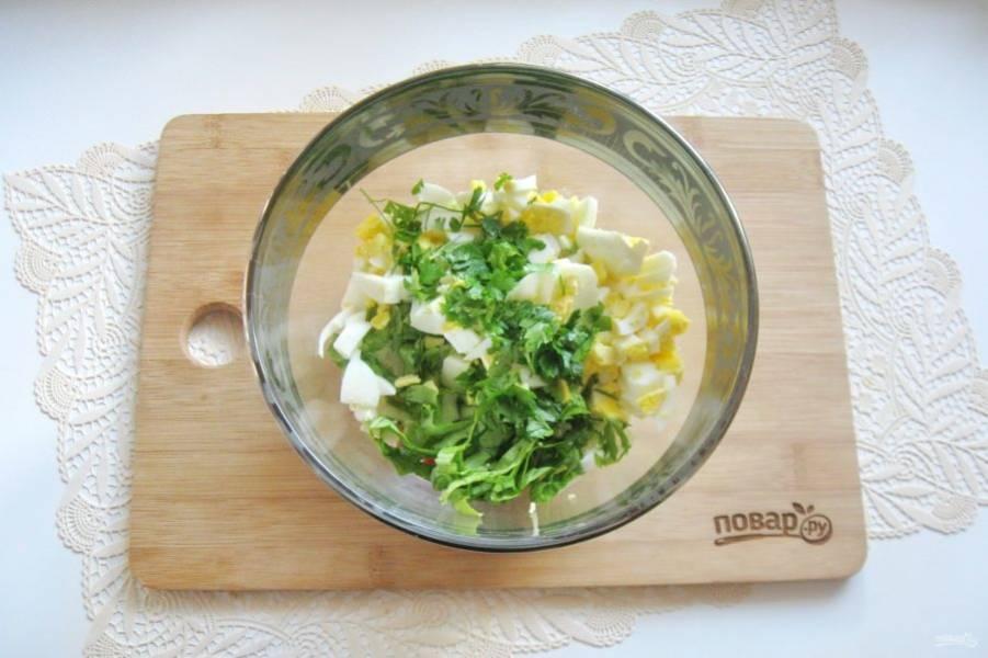 Петрушку помойте, нарежьте и выложите в салат.