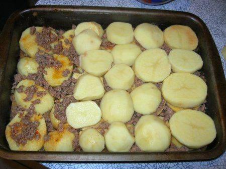 3. Далее снова слой картофеля, который также посолить и приправить паприкой. При желании также можно добавить измельченный чеснок.