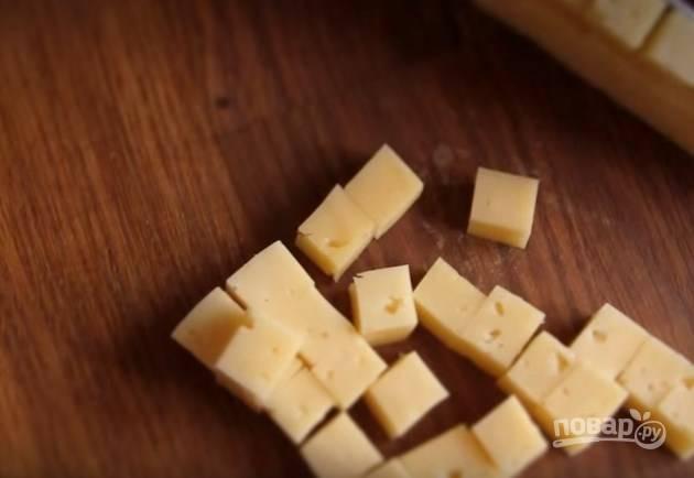 2. Твердый сыр тоже нарежьте, как курочку.