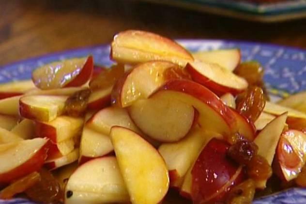 Яблоки нарезаем дольками, сердцевину удаляем. Затем обжариваем яблоки на сливочном масле, присыпав их корицей. Добавляем изюм, вливаем 2 ст. ложки апельсинового сока и готовим до мягкости на медленном огне. После этого, остудите яблоки.