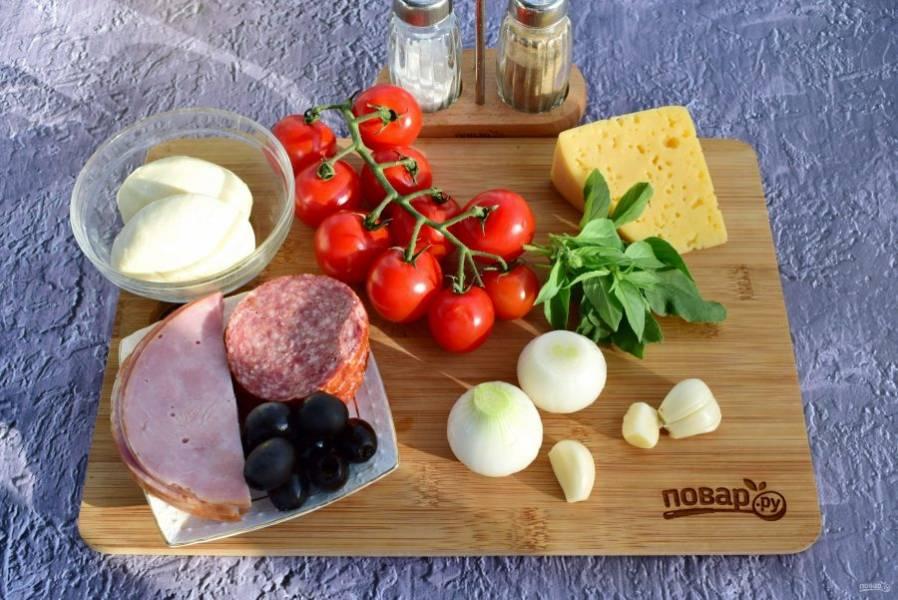 3.    Подготовьте ингредиенты для начинки и пиццайолы. Овощи и зелень вымойте, очистите лук и чеснок. На помидорах сделайте крестообразный надрез, ошпарьте кипятком, положите в холодную воду, снимите кожицу.