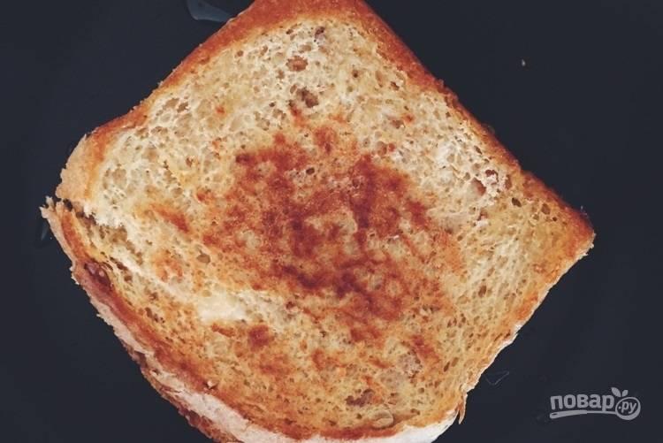 3.Разогрейте сковороду с оливковым маслом, обжарьте сэндвич с двух сторон в течение 4-5 минут до получения золотистой корочки.