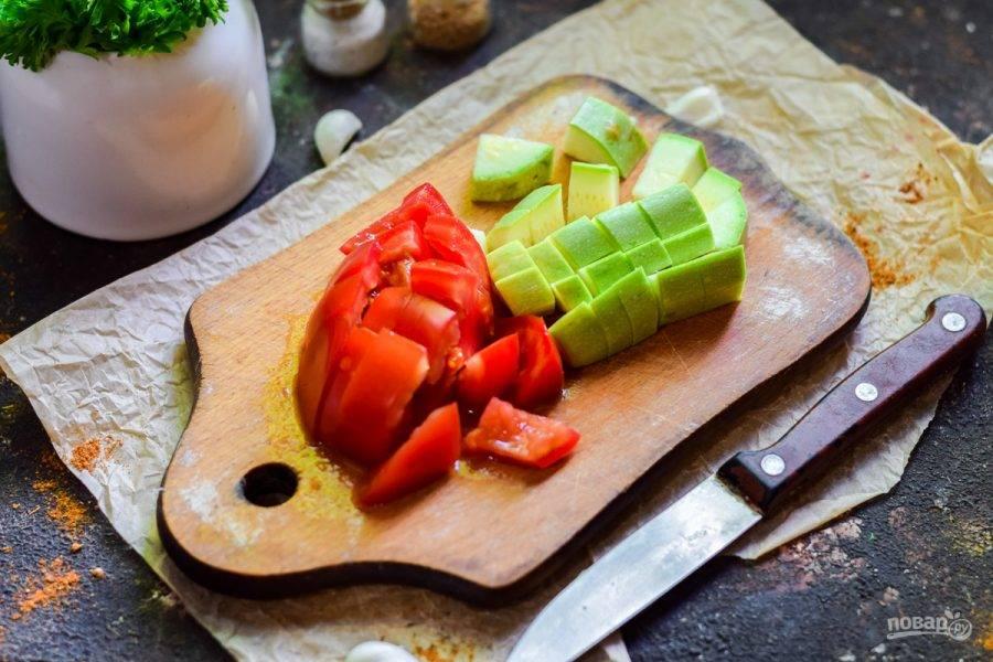 Кабачок и помидор нарежьте небольшими кубиками. Все овощи используем молодые.