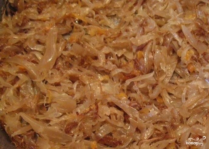 Квашеную капусту промойте, отправьте её тушиться на сковороду с маслом до мягкости. Это займёт около 15 минут.