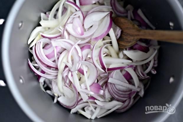 2. В кастрюле с толстым дном разогрейте масло. Затем выложите лук.