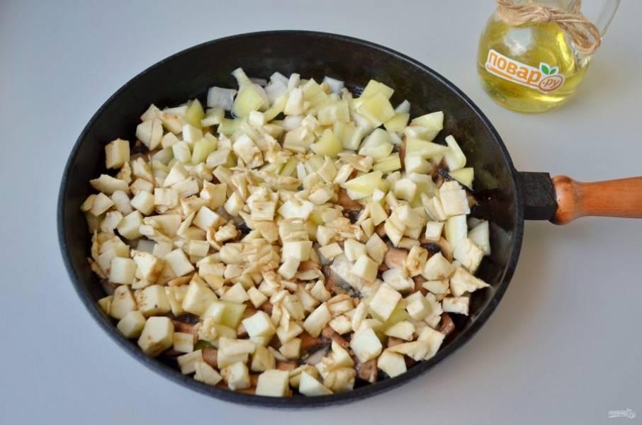 4. Добавьте баклажаны, порезанный болгарский перец и доведите овощи до готовности. Соль, перец по вкусу.