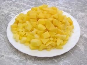 Почистить картофель, помыть и нарезать небольшими кубиками.