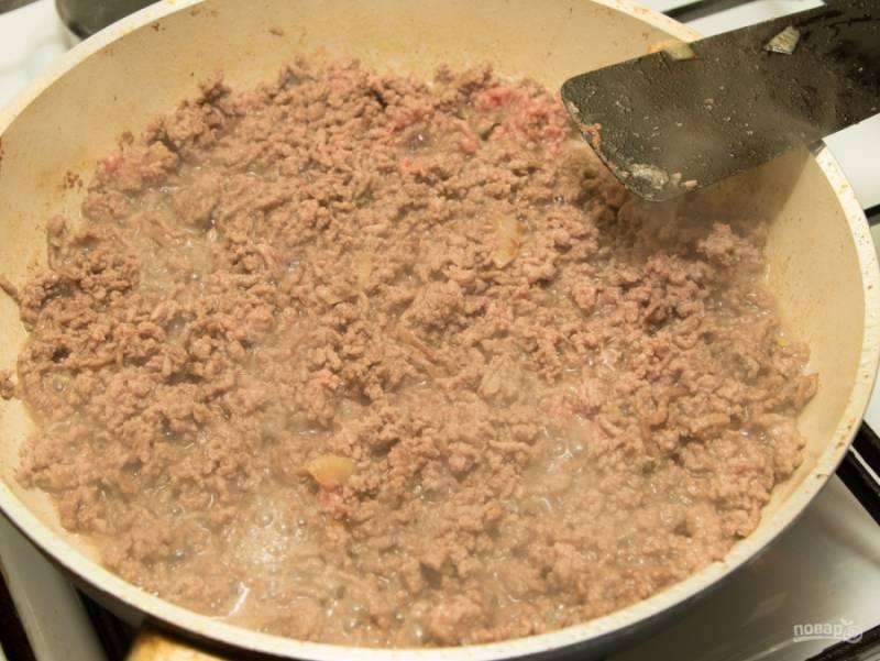В сковороду, где жарились баклажаны, отправьте фарш, жарьте его около 4 минут, тщательно разбивая комочки.