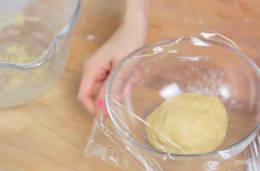 2. Добавьте соль, дрожжи и замесите эластичное мягкое тесто. Переложите его в смазанную растительным маслом миску и накройте пищевой пленкой. Оставьте в теплом месте на 1-1,5 часа.