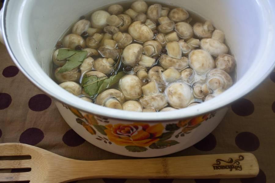 Выложите грибы в кастрюлю и залейте их водой. Вам может показаться, что воды мало, но при варке грибы пустят сок — и ее станет больше. Варите грибы просто в воде на протяжении 15 минут.