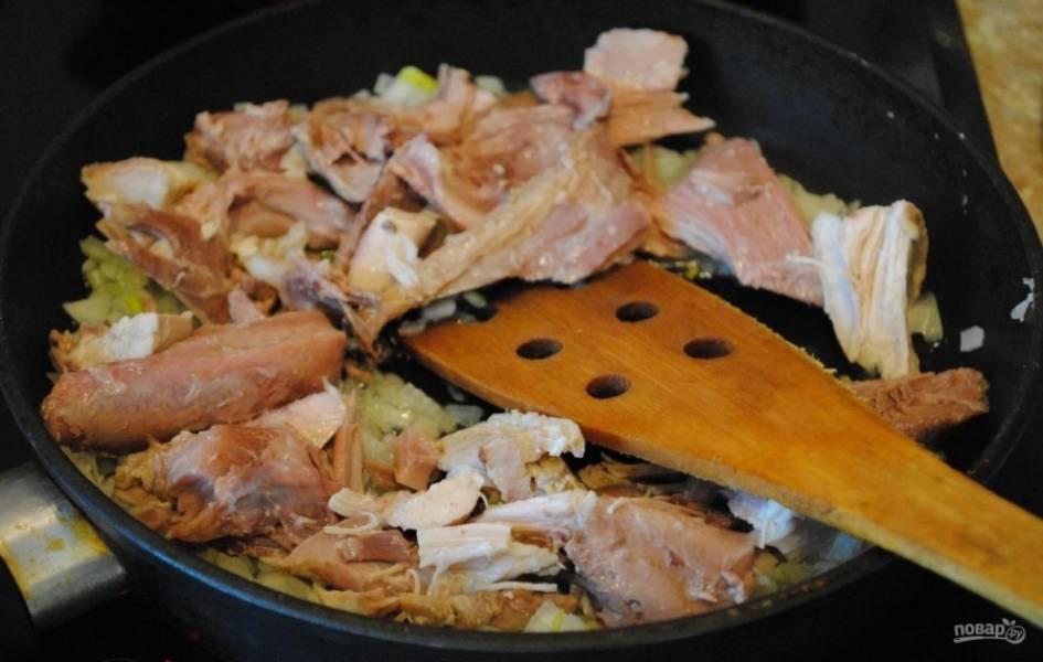6.Добавляю к обжаренному луку кусочки мяса и перемешиваю.