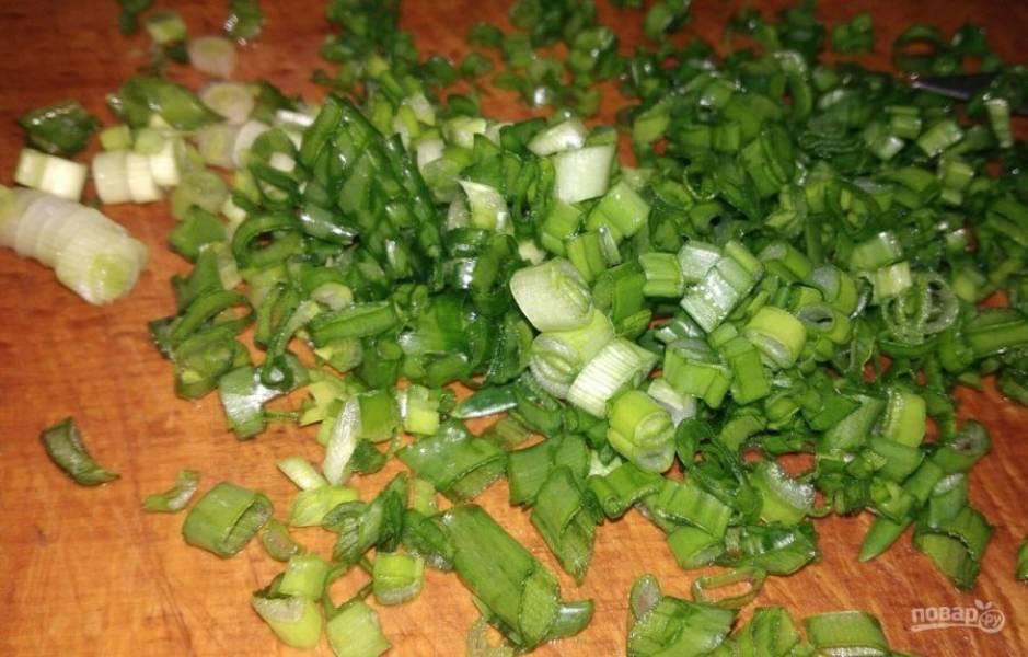2. Нарезаем зеленый лук (можно репчатый, но тогда будет ярко выраженный вкус лука).