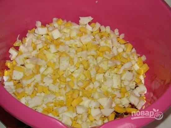 Яйца отварим вкрутую, остудим, потом очистим и нарежем кубиками.