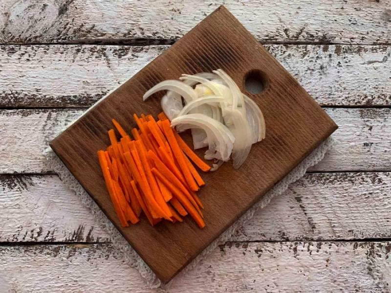 Морковь и лук очистите, помойте под проточной водой. Морковь нарежьте соломкой, а лук полукольцами.