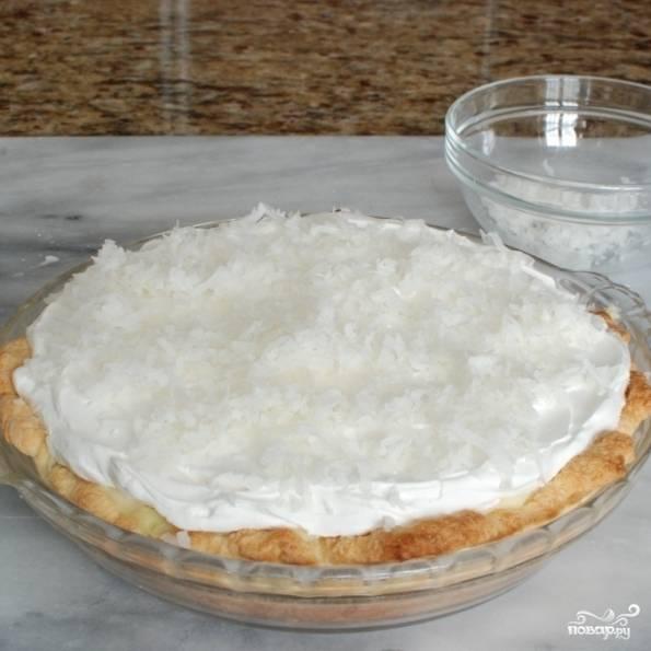 Кокосовый кремовый пирог готов, остается только нарезать и подать.