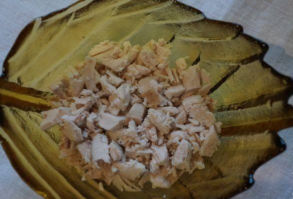 Варим куриную грудку, остужаем и нарезаем небольшими кубиками.