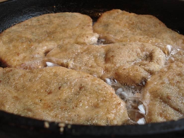 Обжариваем по минуте с каждой стороны три раза - всего 6 минут жарим. Сковорода должна быть разогретой, с небольшим количеством масла.