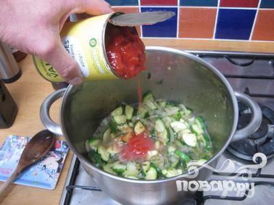 4. Затем добавить белое вино и нарезанные помидоры.