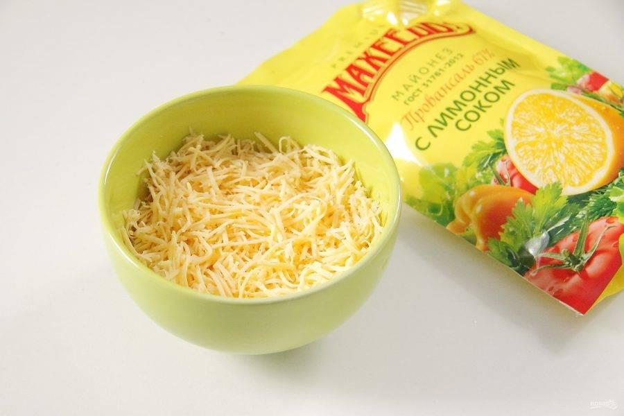 Натрите твердый сыр на мелкой терке.