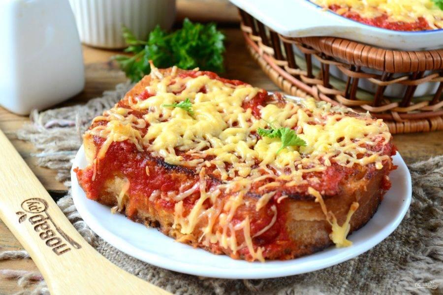 Подавайте ароматные и невероятно вкусные бутерброды под сырно-томатной подушкой горячими. Приятного аппетита!