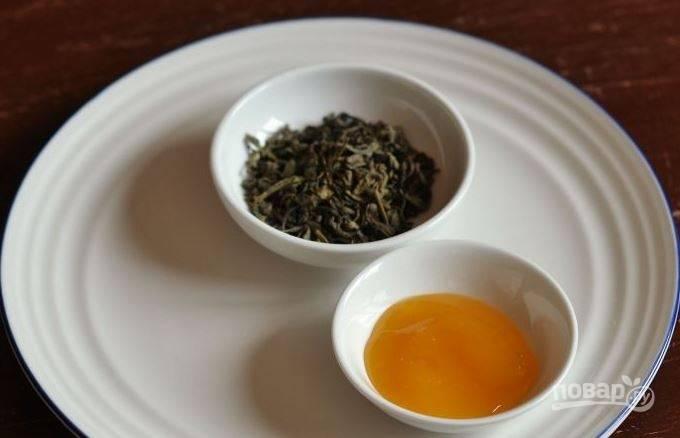 Для чая вам понадобится мед. Он должен быть жидким. Если вы не любите сладкие напитки, то добавьте одну ложку. Также, мед можно добавлять непосредственно в чашку.