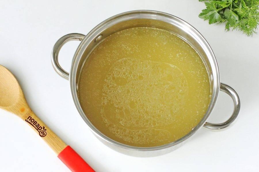 Готовый бульон процедите. Мясо отделите от костей и верните его в кастрюлю. Поставьте кастрюлю вновь на плиту, добавьте соль по вкусу, и доведите бульон до кипения.
