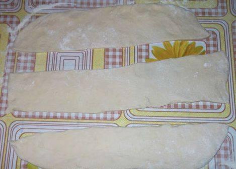 Затем все как обычно, раскатываем тесто в тонкий пласт и вырезаем из него полоски (ширина около 3 см).