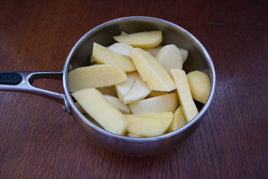 Картофель очистить. Нарезать на дольки.