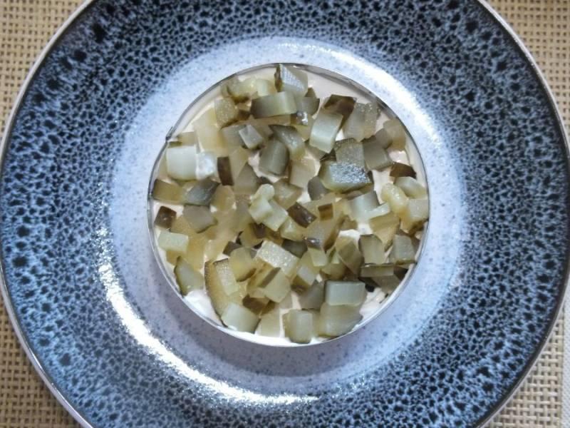 Далее огурцы, которые смажьте тонким слоем майонеза.
