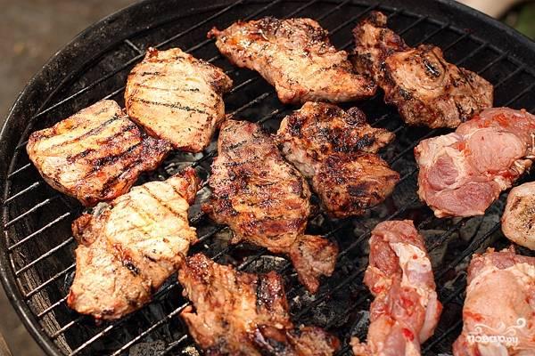 Мясо жарьте до готовности, периодически переворачивая.