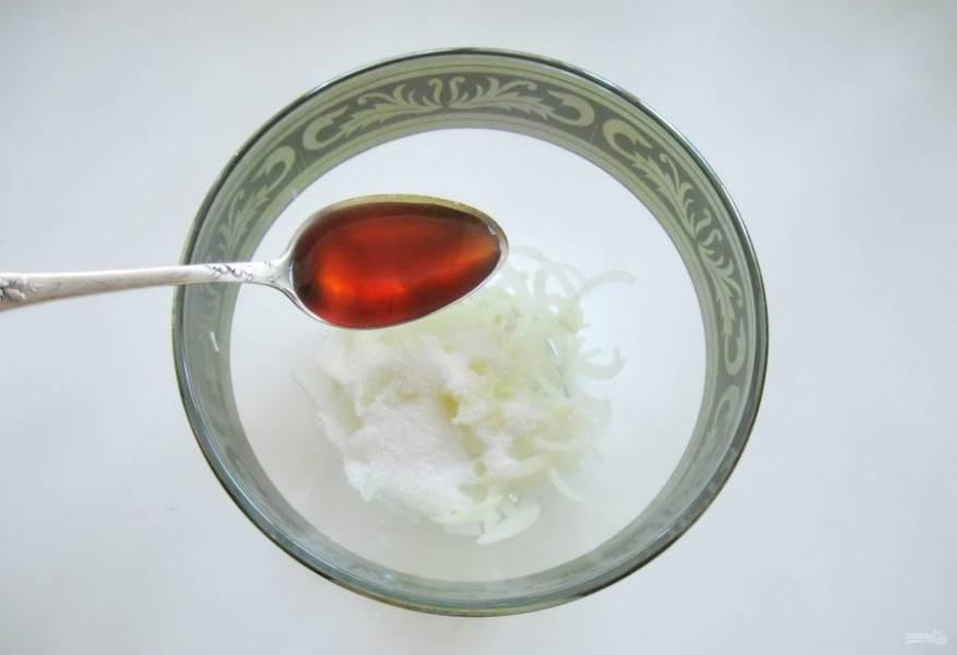 Влейте яблочный уксус. Если яблочного нет, можно заменить его обычным столовым 6%.