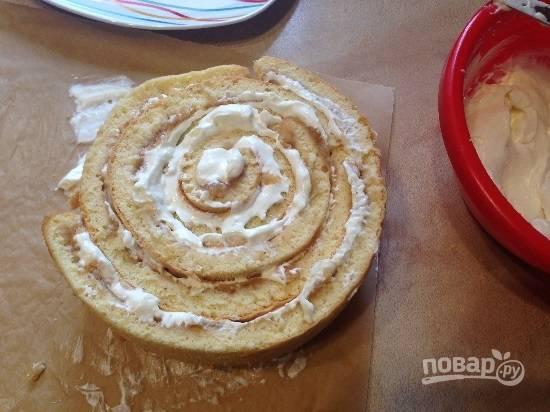 12. И вокруг первого рулончика обворачиваем следующую полоску яблочного бисквита , намазанного кремом и так далее.