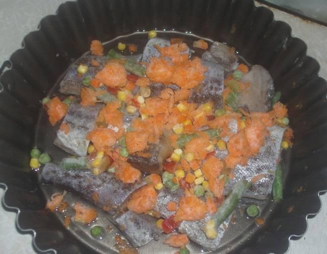 4. Отдельно будет добавлена морковь, так как она идеально сочетается с рыбкой. Морковь нужно вымыть, очистить и натереть на терке. При желании можно нарезать небольшими кубиками. Отправить к рыбе.