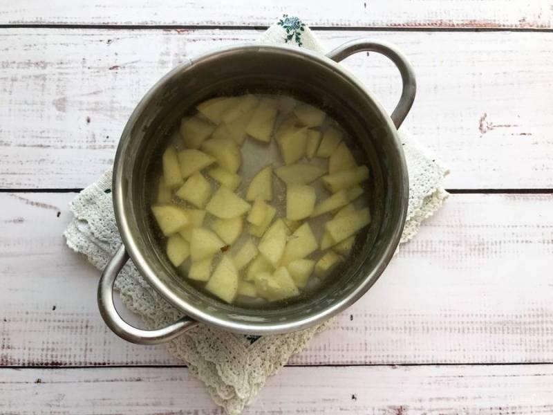 В кипящую воду выложите картофель и варите его 10 минут.