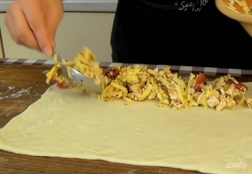 3. Смешайте начинку, посолите по вкусу. Тесто разделите на три части и каждую раскатайте в тонкий прямоугольный пласт. По длинному краю выложите 1/3 начинки и сверните рулет, защипните концы.