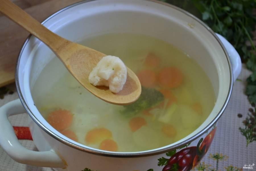 Следом отправьте соцветия цветной капусты, добавьте соль, зелень. Варите до готовности всех ингредиентов.